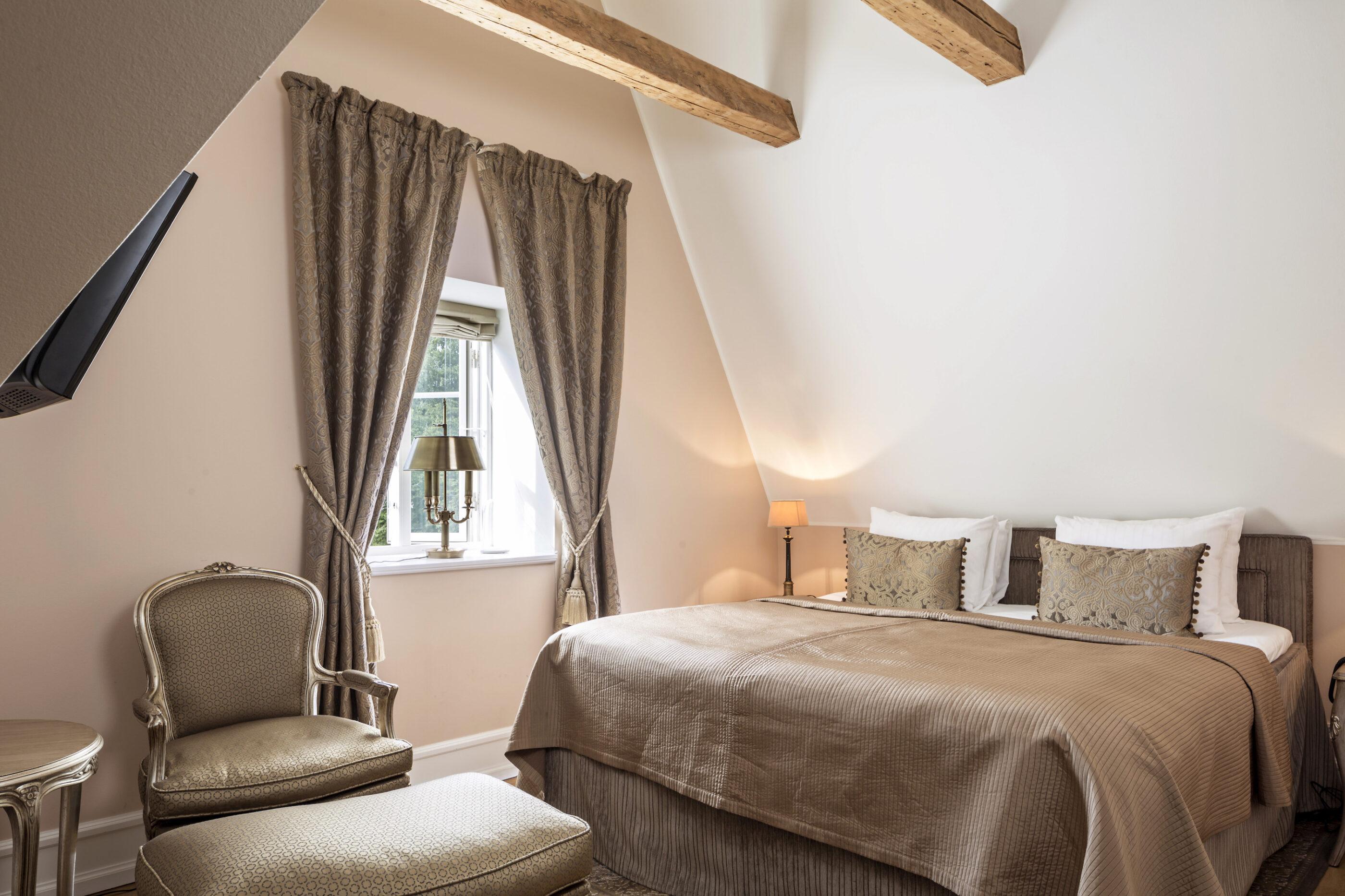 Et loft-soveværelse med klassisk indretning