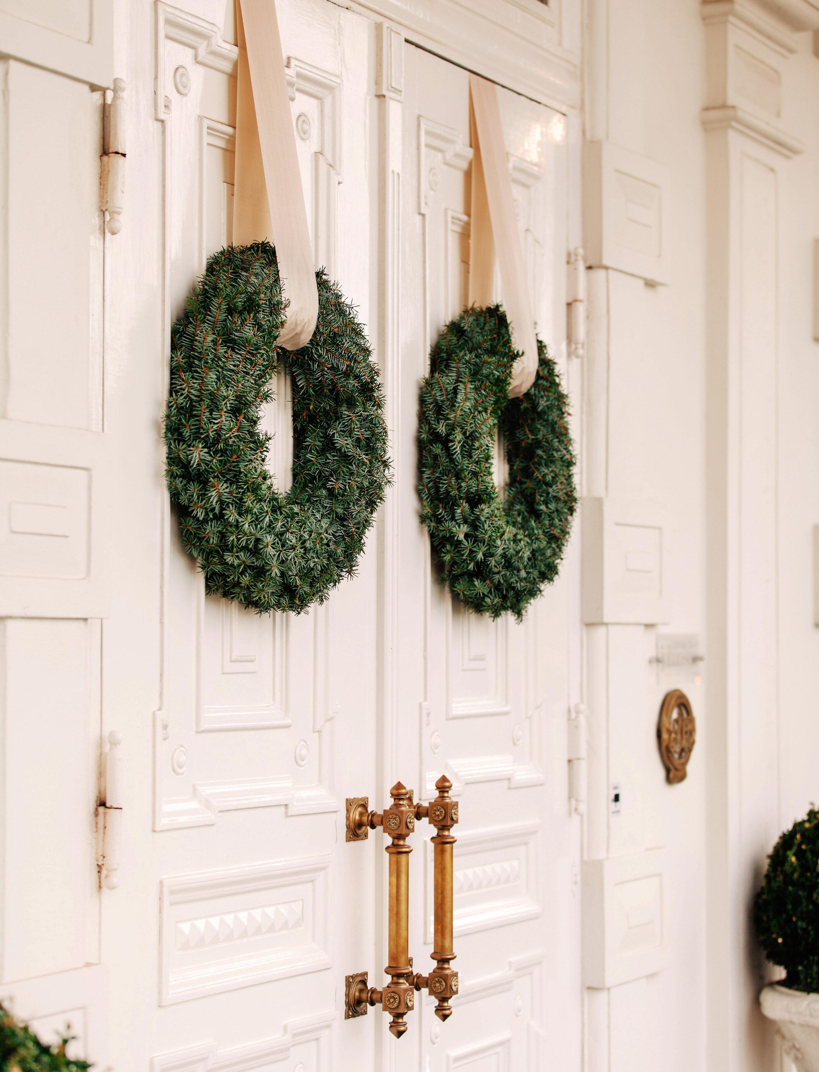 Hoteldøre med juledekoration