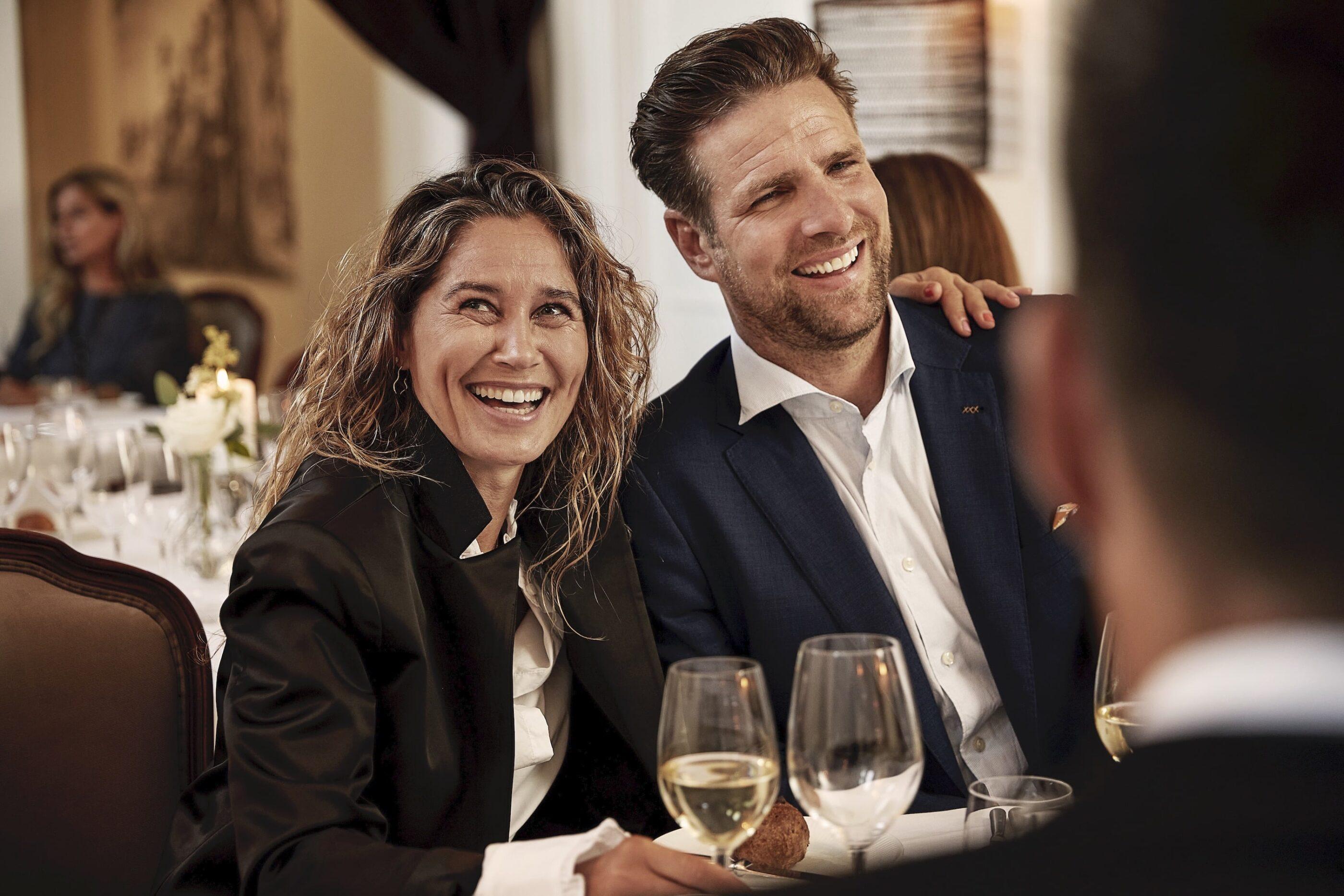 Kvinde og mand får en hyggelig snak med hvidvin