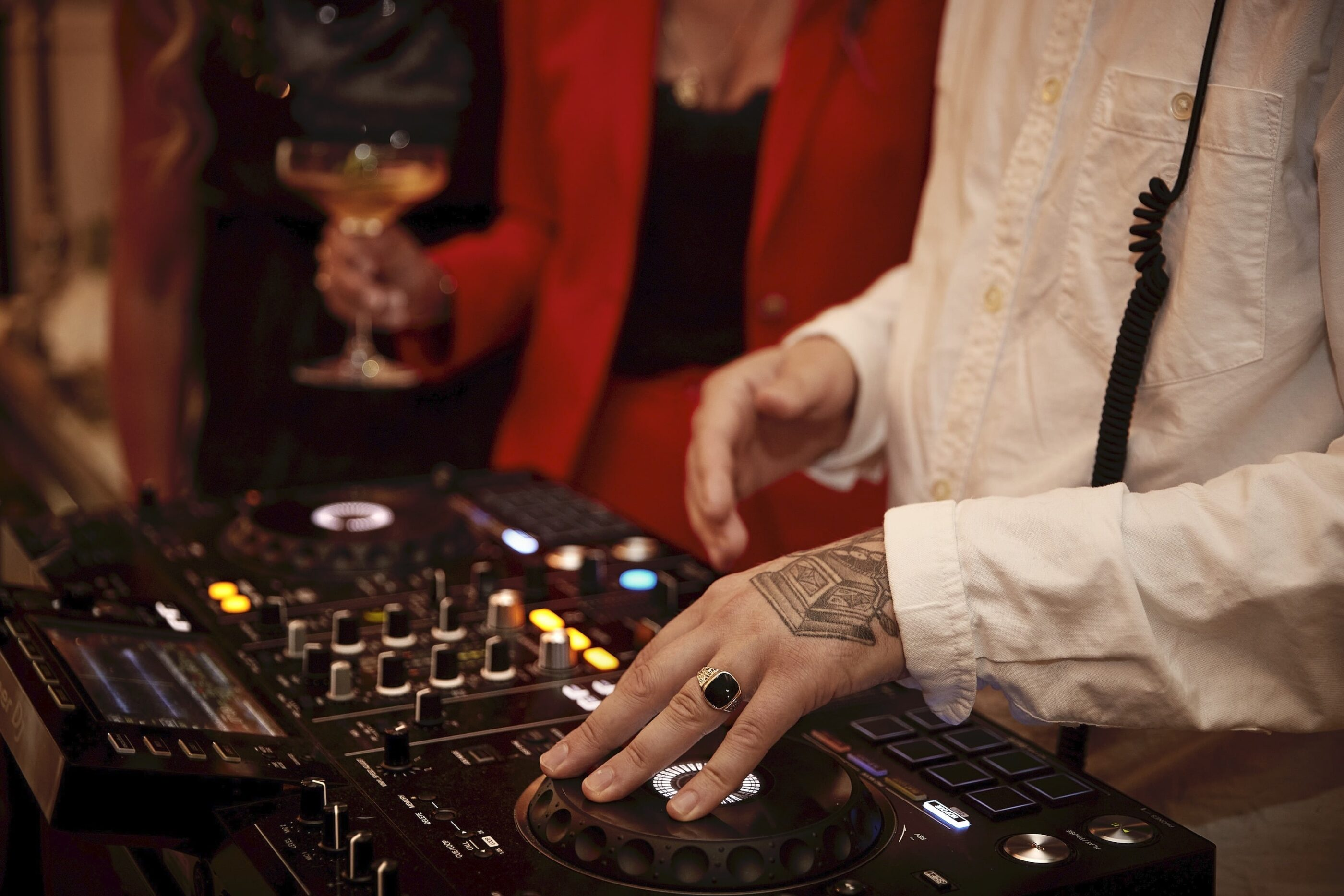 En DJ mixer musik.