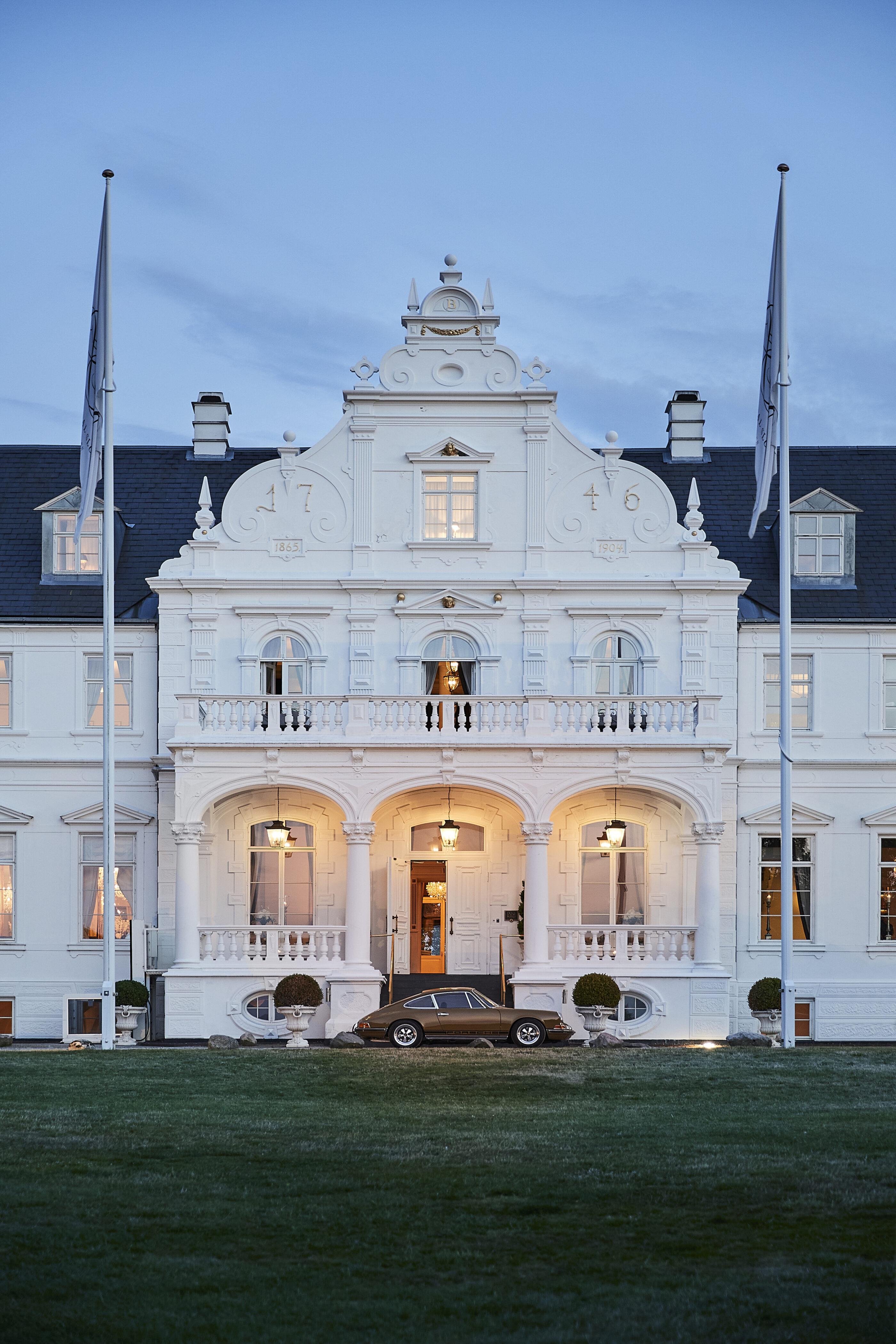 Indgangen til Hotel Bandholm på en lun sommeraften