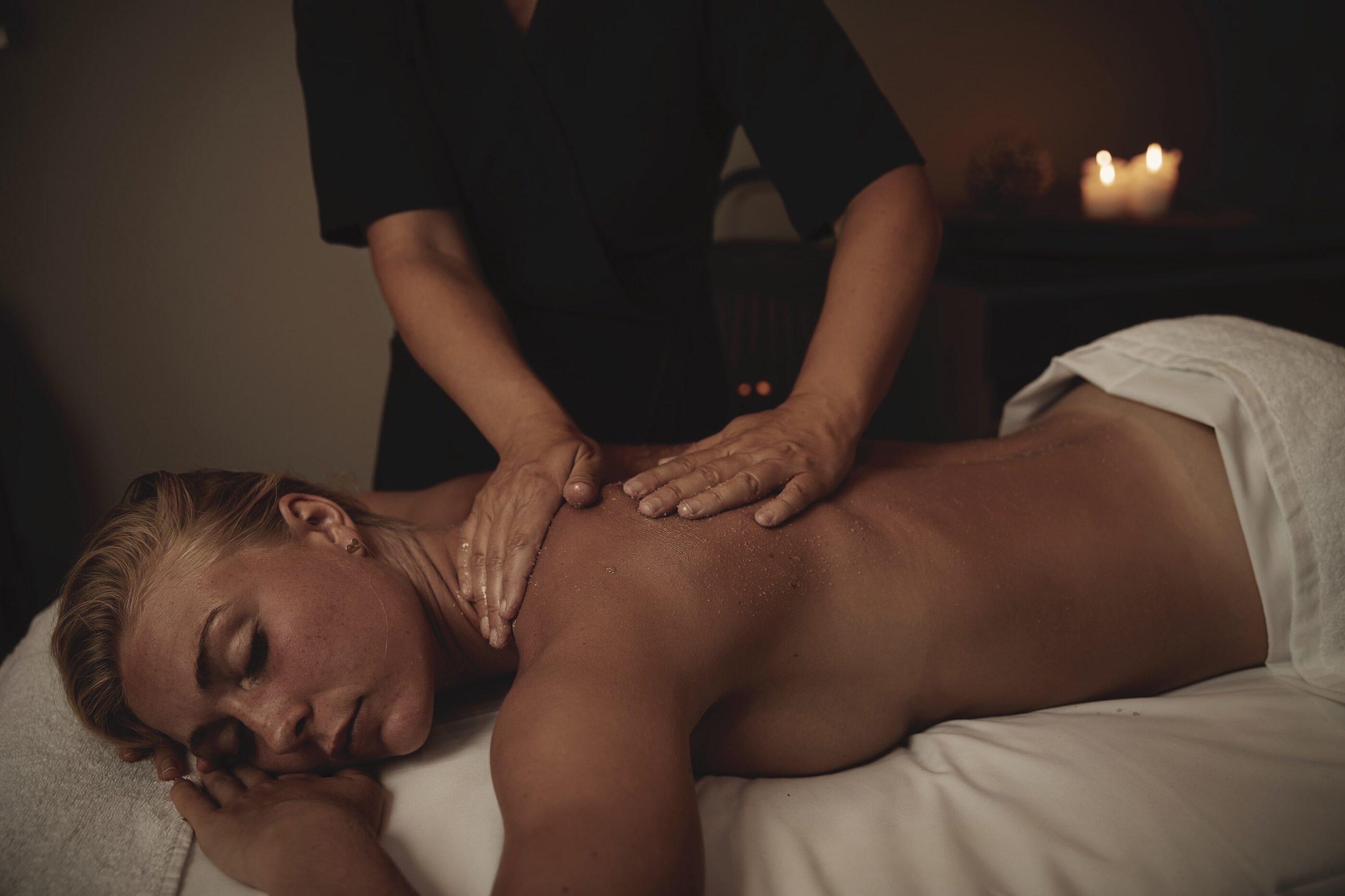 En kvinde nyder en massage