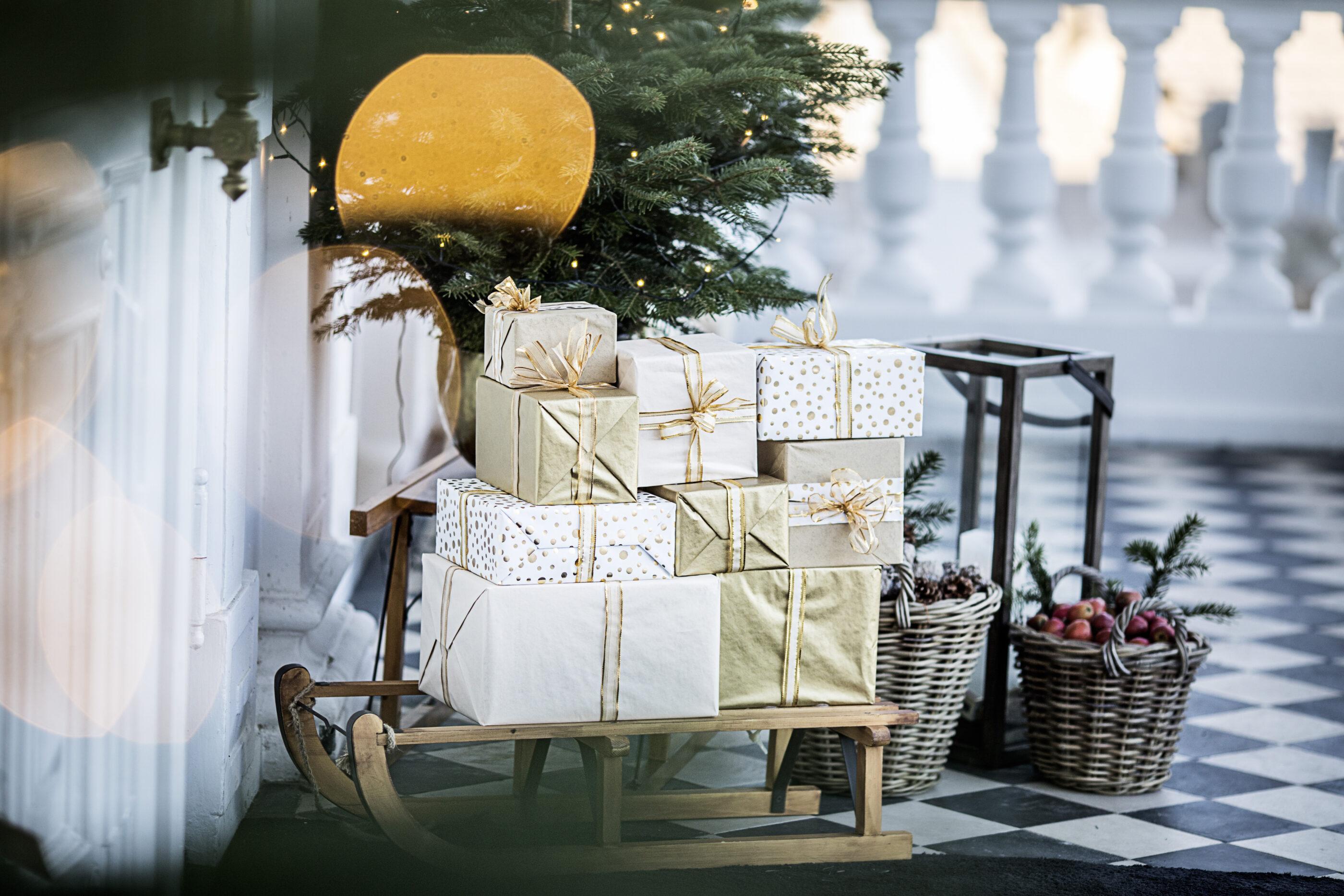 En masse julegaver ligger ovenpå en gammeldags slæde