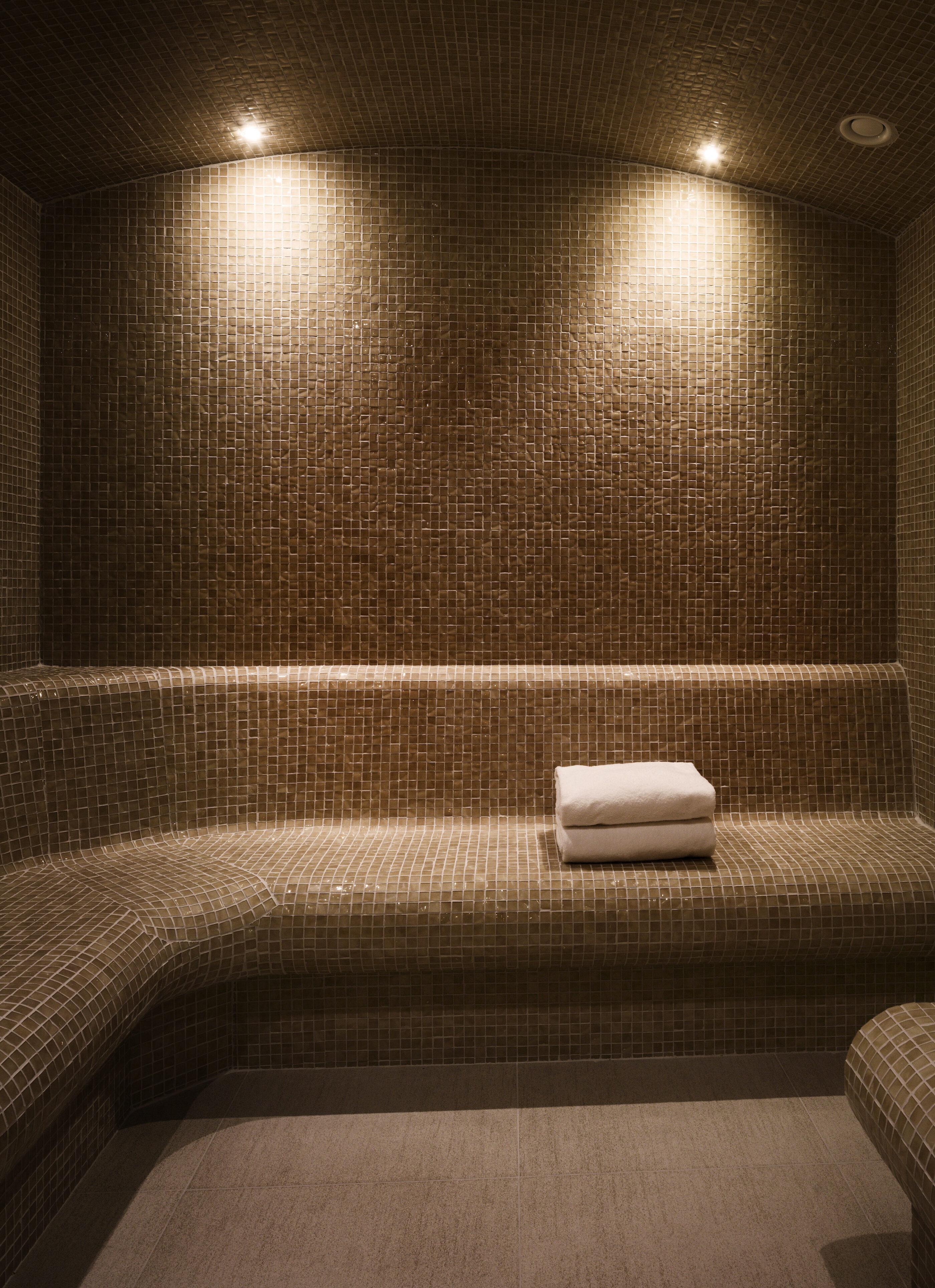 Spa rum med intim belysning og nogle håndklæder