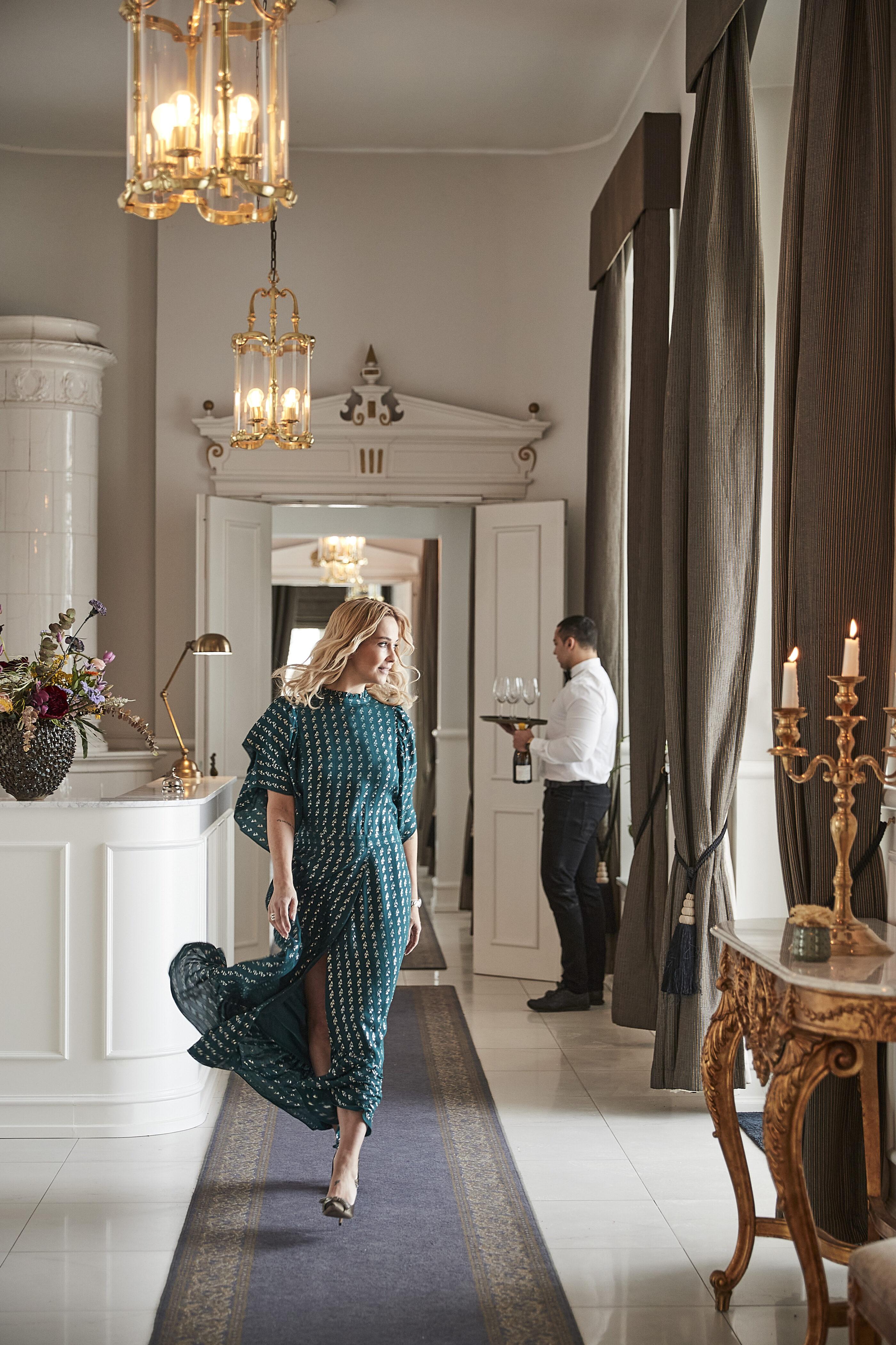 Kvinde går i kokkedal slots reception