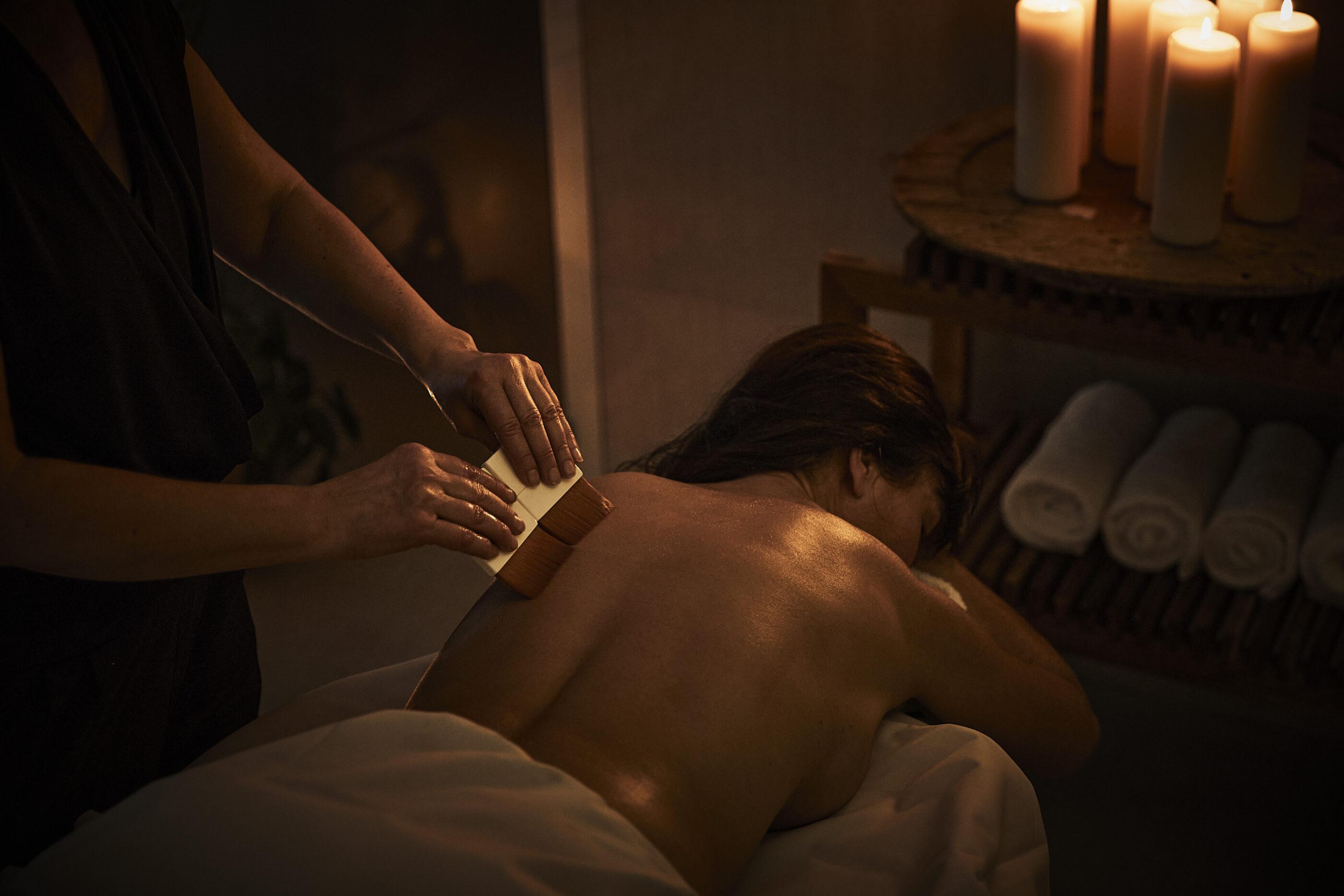 Afslappende behandling med pensler på ryggen